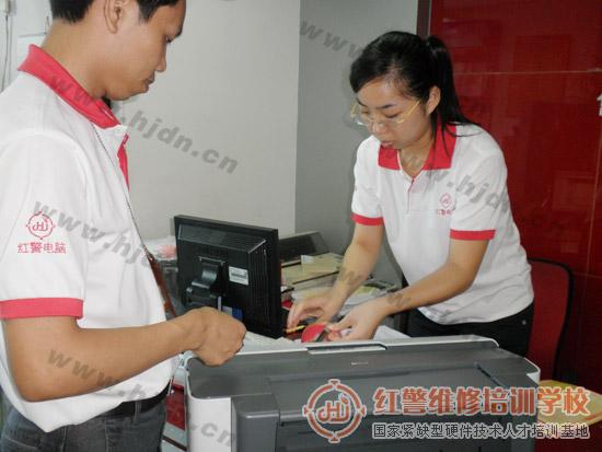 红警电脑维修中心前台陈小姐正在对EPSON C1100喷墨打印机进行登记