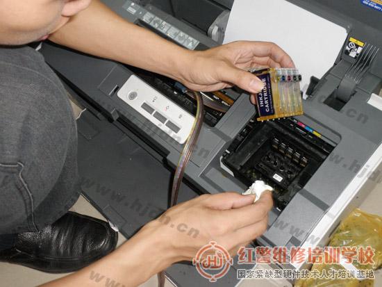 红警打印机维修工程师陈师傅正在对EPSON C1100喷墨打印机进行检测维修